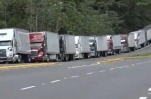 En el área es enorme la fila de camiones que esperan que la situación se normalice para movilizar la carga.