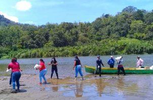 La ayuda del Plan Panamá Solidario llega a muchos sectores de la provincia de Bocas del Toro a través de botes. Foto cortesía Gobierno Nacional