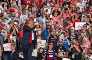 """El presidente estadounidense arribó al que es su primer gran acto de campaña tras haber contraído COVID-19 pocas horas después de que su médico en la Casa Blanca, Sean Conley, firmara un memorando en el que señaló que Trump """"ha dado NEGATIVO en días consecutivos"""" al coronavirus. FOTO/EFE"""
