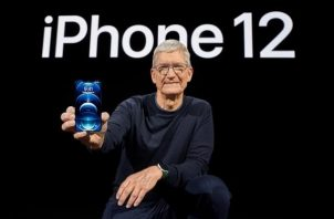 CEO de Apple, Tim Cook, mostrando el nuevo iPhone 12 Pro,