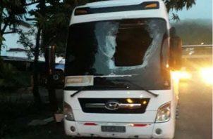 La llanta quedó incrustrada en uno de los asientos del bus. Foto: Diómedes Sánchez.