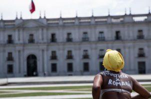 Mery Cortez, madre de Romario Veloz, asesinado durante las protestas en Chile desde octubre de 2019. Foto: EFE.