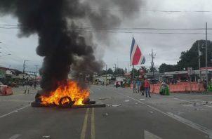 Manifestantes ticos a favor del cierre de la frontera de Paso Canoas, molestos procedieron a quemar llantas. Foto: Mayra Madrid.