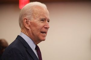 """El rival de Biden en las elecciones de noviembre, el presidente Donald Trump, reaccionó en Twitter a la decisión de las redes sociales, que tildó de """"terrible"""" y llamó de nuevo a eliminar las protecciones legales de las que disfrutan las grandes plataformas de internet bajo la sección 230 de la Ley de Decencia en las Comunicaciones de 1996."""