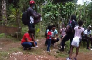 En el grupo de 8 haitianos indocumentados hay adultos y niños. Foto: José Vásquez.