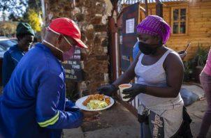 """El papa Francisco destacó además que por otra parte, mientras millones de personas pasan hambre, """"se desechan toneladas de alimentos"""". FOTO/EFE"""