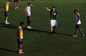 El técnico del Tauro, el venezolano Rafael Mea Vital (d), dirige a sus jugadores en un entrenamiento del Tauro. Foto:EFE