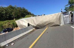 El pesado camión articulado obstruyó los cuatro paños de la vía. Foto: José Vásquez.