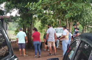 Se logró ubicar un sitio donde se realizaban peleas de gallos en una propiedad privada cerca del Río La Villa, donde fueron sorprendidas unas 20 personas participando de la actividad.