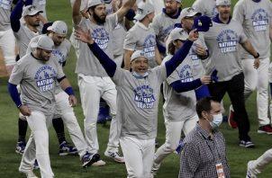 El director Dave Roberts (cent.) festeja el título de la Liga Nacional de los Dodgers. Foto:EFE