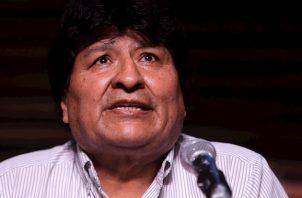 Pasada la medianoche y ante la presión de políticos y ciudadanos, se conoció que la encuesta de Ciesmori para las cadenas de televisión Unitel y Bolivision daba un 52.4 por ciento de los votos al exministro Arce.