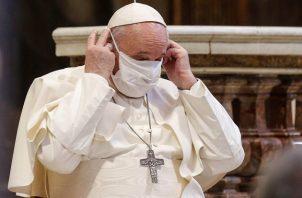 El papa Francisco se coloca una mascarilla en un acto celebrado el 20 de octubre en Roma. Foto: EFE