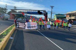 La protesta se efectuó esta mañana en el corregimiento de Sabanitas centro. Foto: Diómedes Sánchez S.
