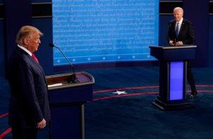 Los candidatos presidenciales para las elecciones de EE.UU., Joe Biden y Donald Trump, abordan el rema de la COVID-19. Foto: EFE