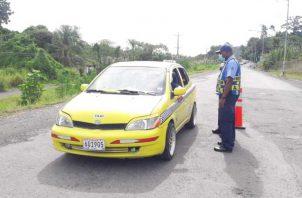 Taxista continúan con la circulación por pares y nones.