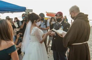 La boda ocurrió días después de que cientos de migrantes protestaran en Tijuana en demanda de atención a sus solicitudes de refugio en Estados Unidos, retrasadas por la pandemia de COVID-19. Foto:EFE