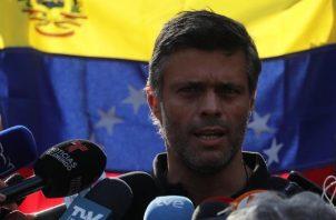 Leopoldo López fue arrestado en 2014 y sentenciado a 14 años de cárcel, acusado de liderar los actos violentos en las marchas antigubernamentales que se llevaron a cabo ese año. Foto: EFE