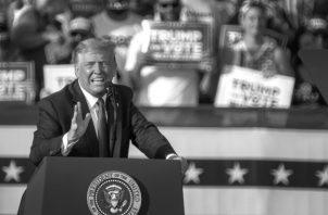 """Trump, en Florida, dijo que está """"inmunizado"""" ante una multitud de miles de seguidores entre los que muy pocos llevaban mascarillas. Foto: EFE."""
