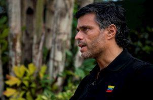 Cinco años después, tras un periplo por la prisión de Ramo Verde el arresto domiciliario, llegó a la residencia del embajador Silva, donde permaneció en calidad de huésped hasta este sábado.