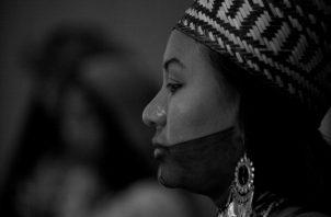 Durante la fase de contacto cultural entre los españoles y las culturas prehispánicas aparecen los primeros caciques. Una joven de la etnia emberá. Al fondo, una joven guna. Foto: EFE.