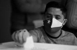 Es tiempo que tomemos nuestras posiciones tal como lo han hecho los chilenos. Un hombre ejerce su derecho al voto, el domingo 25, en el Estadio Nacional en Santiago, Chile. Foto: EFE.