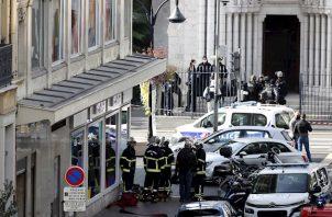 Estrosi señaló que uno de los fallecidos es el sacristán de la iglesia de Nuestra Señora de Niza, un templo neogótico situado en pleno centro de la ciudad.