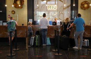 Las restricciones de viaje prolongadas también podrían llevar a una pérdida de $4.7 billones. Foto/EFE