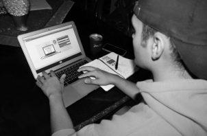 La mayoría de estudiantes nuevos, en el ámbito universitario, llega con un conocimiento digital avanzado y capacidades mejoradas para asimilar, de manera correcta, las herramientas y aprendizajes. Foto. EFE.