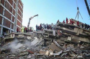 Los equipos de AFAD, el servicio público de emergencia turco, han identificado 17 edificios derrumbados en esa urbe y han completado el trabajo en nueve de ellos. Foto: EFE