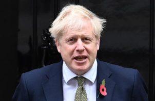 El primer ministro  Boris Johnson justificó la medida con el argumento de que si no se produce ahora el cierre puede colapsar la sanidad pública británica (NHS), sometida ya una fuerte presión por el aumento de casos en las últimas horas. Foto: EFE