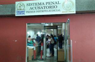 El fiscal Leonel Urriola solicitó la medida cautelar y luego de ser concedida por el Juez de Garantías, este último legalizó la aprehensión de los imputados y dio por presentado los cargos.