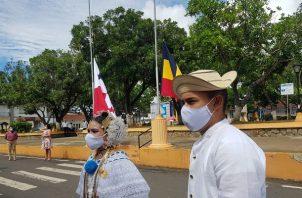 Las autoridades realizaron la izada de las banderas del distrito y de Panamá, en el parque Simón Bolívar, ubicado en pleno centro de la Heroica Villa de Los Santos. Foto: Thays Domínguez