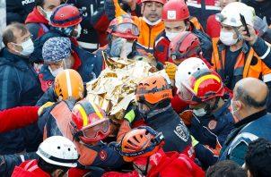 En este mismo edificio puede haber aún 6 personas más y los equipos seguirán trabajando, sin perder la esperanza, hasta dar con todos, agregó el bombero.