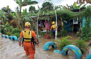 El río Corotú ha socavado parte de las estructuras de las viviendas. Foto: José Vásquez.