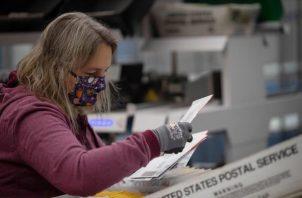Según datos presentados ante el tribunal, el Servicio Postal ha admitido que unos 300.000 votos por correo en todo el país se dieron por recibidos sin que se les diera salida. FOTO: EFE