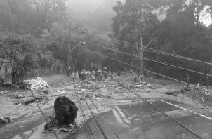 Serias afectaciones y derrumbes mantienen incomunicada a la población en Tierras Altas, producto de las lluvias asociadas al huracán ETA. Foto: EFE.
