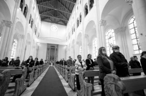 Vivir la misa, donde me encuentro, es un privilegio, un regalo a todas luces inmerecido de la misericordia divina. Foto: EFE.