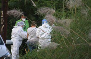 Desde las 10:00 de la mañana de este lunes, personal de Criminalística y Ministerio Público (MP) procedieron a desenterrar los restos humanos, luego que por razones de seguridad se suspendieran el domingo.