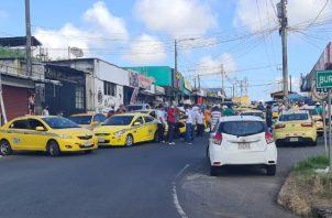 Los transportistas, afiliados a distintas concesionarias, cerraron el paso hacia la ciudad capital, provocando un severo congestionamiento y altercado con otros conductores.