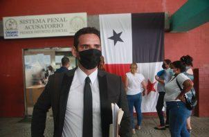 El abogado Kevin Moncada Luna a su salida ayer del Sistema Penal Acusatorio por el caso de presunto tráfico de armas. Víctor Arosemena
