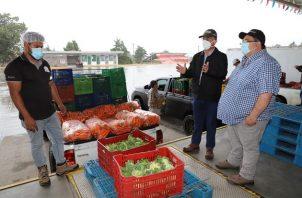 Mida y Cadena de Frío verifican el empacado de los productos, para ser distribuidos en el Merca Panamá y otros mercados de abastos del país. Foto/Cortesía