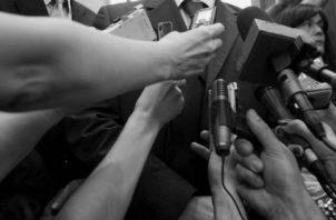 El legado de un periodista es mantener un aceptable compromiso con Dios y con la nación, porque sus obras y acciones serán cuestionadas o recordadas. Foto: EFE.