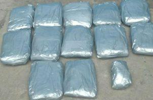 El primer decomiso fueron doce paquetes forrados con cinta adhesiva color gris. Foto: José Vásquez.