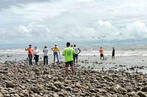 Tras ubicar el cadáver los miembros de la Fuerza de Tarea Conjunta coordinaron con el personal del Ministerio Público para realizar la diligencia de levantamiento del cadáver.
