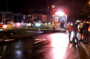 Paramédicos del Sistema Único de Manejo de Emergencias (SUME) 911, se presentaron al sitio para evaluar las condiciones del ciclista, determinando su fallecimiento en el sitio.