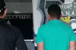 La Policía Nacional llevar al imputado hasta su residencia. Foto: Mayra Madrid.