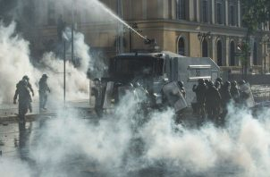 A diferencia de ocasiones anteriores, en las que el epicentro de la concentración es la Plaza Italia de la capital, esta vez el grueso de los manifestantes acudieron a las inmediaciones de la sede del Gobierno, el Palacio de la Moneda. Foto: EFE