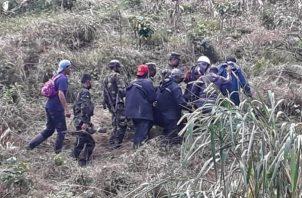 Miembros del sexto Comando Militar Regional del Ejército de Nicaragua, mientras realizan tareas de búsqueda, salvamento y rescate a personas que resultaron afectadas por un deslizamiento de tierra en la comunidad de San Martín de Peñas Blancas. Foto: EFE