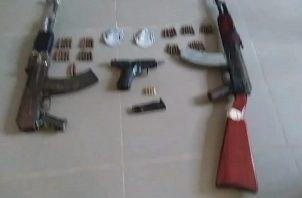 La policía llevó a cabo un operativo donde se encontraron dos fusiles de guerra AK-47 y una pistola 9 milímetros.