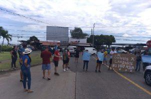 Los manifestantes exigen una pronta respuesta del Idaan, ya que, están cansados de la falta del vital líquido. Foto: Eric Montenegro